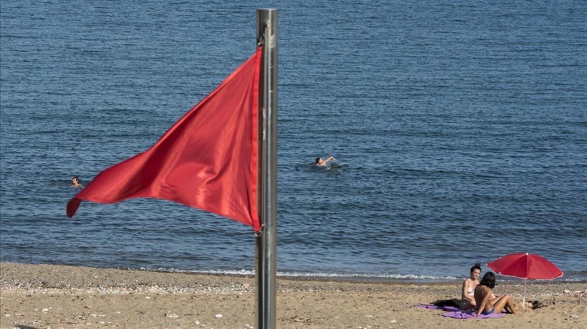 Bandera roja en la plata de la Nova Icària, este viernes.