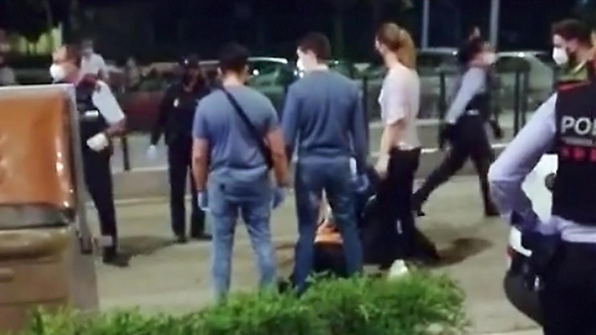 En estat crític un jove per ferida d'arma blanca en una baralla de carrer a Cornellà