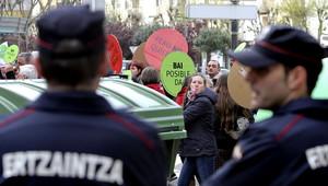 Dos agents de lErtzaintza custodien la vivenda del diputat del PP José Eugenio Azpiroz, dilluns a Sant Sebastià.