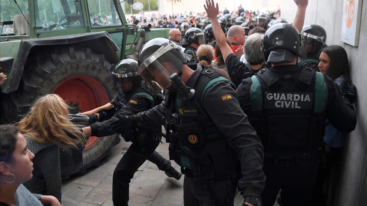 zentauroepp40366000 people clash with spanish guardia civil guards outside a pol171001093857