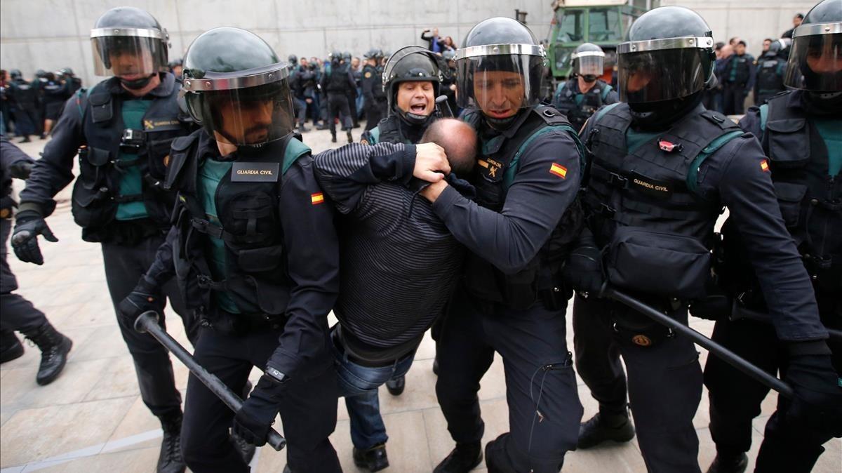 Actuación de la Guardia Civil en Sant Julià de Ramis en su intento de impedir la votación del referéndum.
