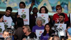 Activistas durante una concentración contra la visita de Trump a California, en San Diego, el 12 de marzo.