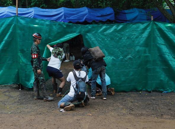 Unos fotógrafos toman imágenes de la entrada de la cueva de Tailandia