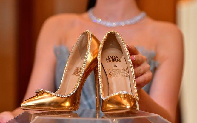 Los zapatos han sido diseñados y fabricados en Italia y poseen 236 diamantes . f32327042df8