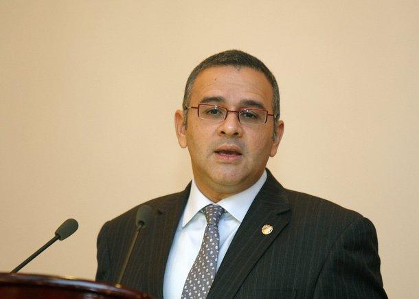 Ordenan la detención de expresidente salvadoreño por revelar documento secreto de EEUU