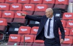 Zinedine Zidane da órdenes durante el último Clásico desde el banquillo del Madrid.