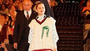 La actriz y cantante Marion Cotillard, convirtiendo un jersey de ochos en 'dress code' de etiqueta.