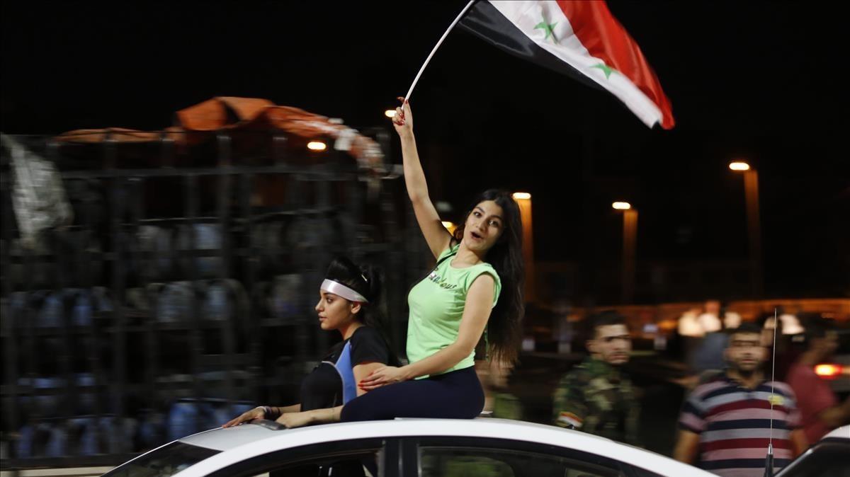 Aficionados sirios celebran el empate ante Irán.