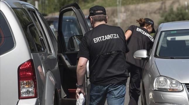 Agentes de la Ertzaintza, en un registro de vehículos, el pasado mes de agosto.