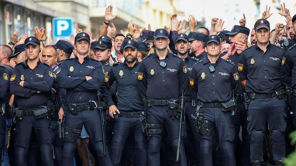 Agentes de la Policía Nacional frente el hotel donde están hospedados en Pineda de Mar.