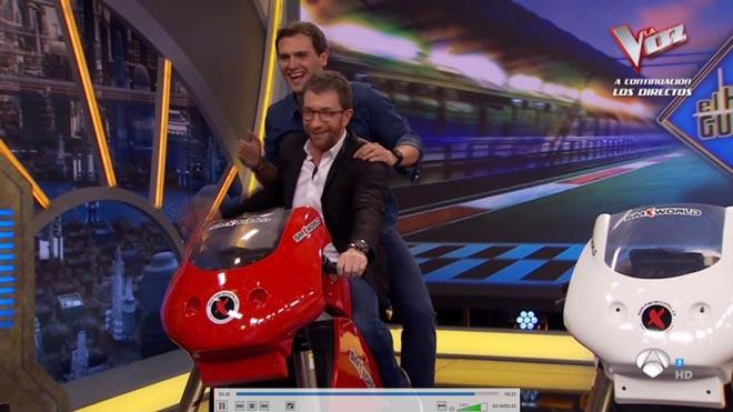 Rivera, de paquete en la moto de Motos.
