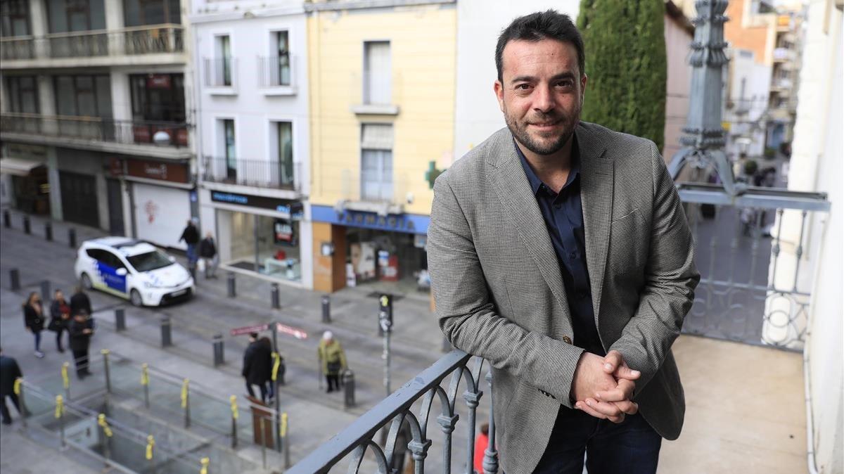 El alcalde de Badalona, Álex Pastor, en el balcón de la Casa de la Vila.