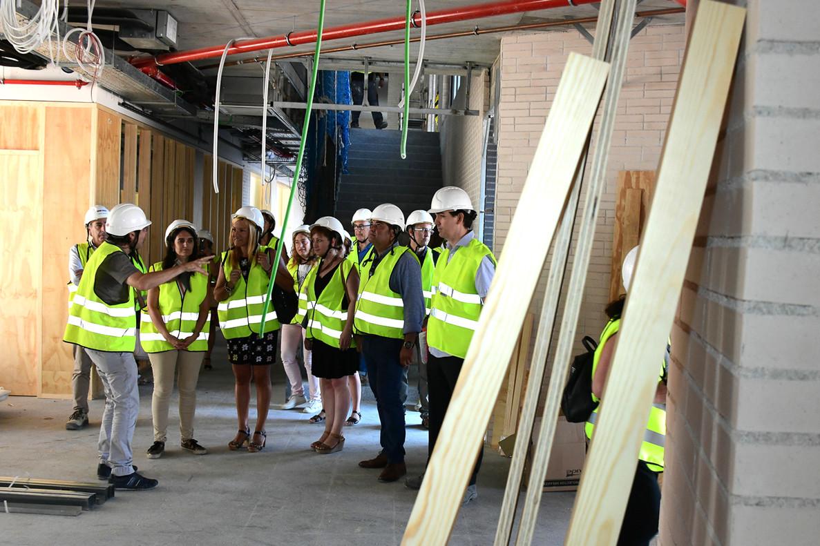 La alcaldesa de Rubí y el director de Servicios Territoriales de Ensenyament del Vallès Occidental durante su visita al centro