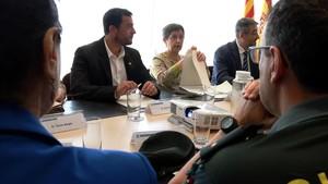 El alcalde a Badalona, Álex Pastor, en una reunión con la delegada Teresa Cunillera y miembros de los cuerpos de seguridad.