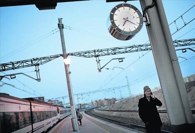 Al amanecer 8 Un tren de cercanías con destino Atocha se detiene en la estación de Santa Eugenia.