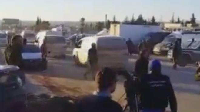 Las ambulancias con heridos evacuados de Alepo llegan a la zona rebelde de Idlib.