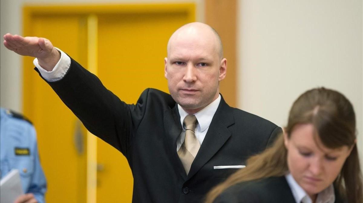 Anders Breivik saluda al estilo nazi a su llegada para una vista judicial, en el sudoeste de Oslo, el 15 de marzo del 2016.