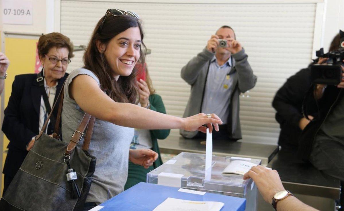 Anna Saliente vota en la escuela Mare Nostrum de Horta, en Barcelona.