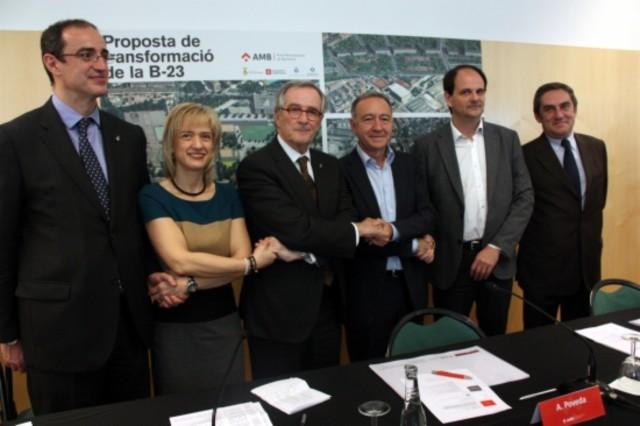 Antoni Vives, Pilar Díaz, Xavier Trias, Antoni Poveda, Josep Perpinyà y Ramon Torra en la firma del acuerdo para la reordenación de la B-23 y su conexión con la Diagonal.