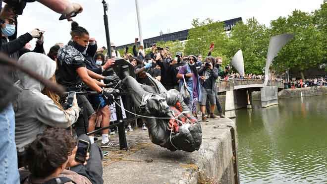 Arrojada al agua la estatua de Edward Colston, comerciante de esclavos del siglo XVII, en Bristol.