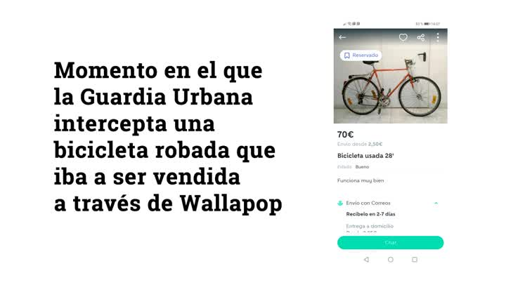 Momento en el que la Guardia Urbana interviene al presunto ladrón de una bicicleta en Barcelona.