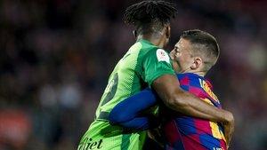 Awaziem bloquea el desmarque de Lenglet en un córnerdurante el partido de Copa del Rey entre el FC Barcelonay el Leganés.