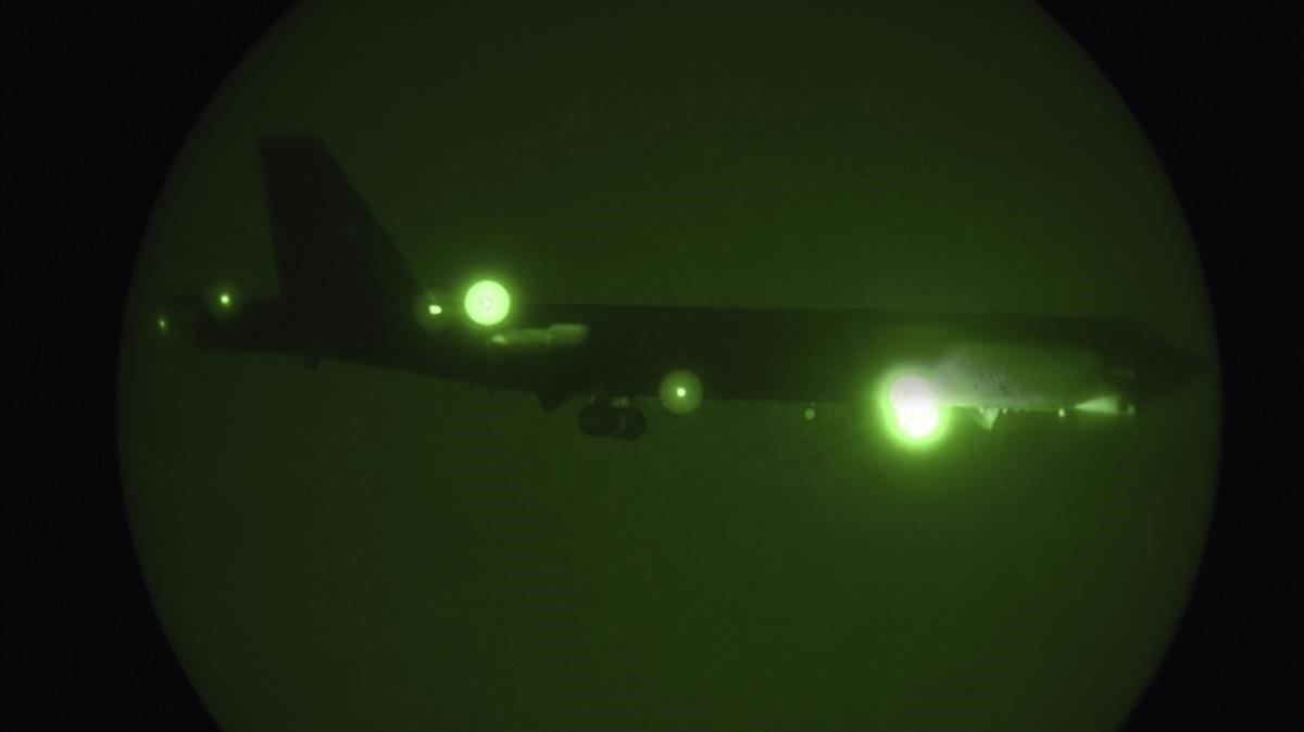 Un B-52 realiza la maniobra de aterrizaje en la base de EEUU en Qatar, este jueves.