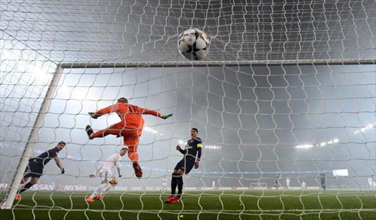 BAJO LA NIEBLA Cristiano marca el primer gol, bajo el humo de las bengalas de los ultras del PSG, ayer en el Parque de los Príncipes.