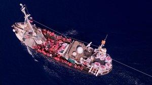El barco alemán Eleonore navega en el Mediterráneo con alrededor de 100 migrantes a bordo después de ser rescatados.