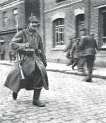 EL BIGOTE DE UN «HOMBRE SIN ROSTRO» 3Hitler, en 1915, primero por la izquierda junto a otros correos, y arriba, en Fournes, según Thomas Weber, «una patética figura secundaria en una foto que raya el desprecio».