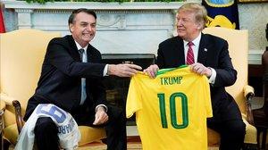 Bolsonaro ofrece a Trump la camiseta de la selección brasileña de fútbol.