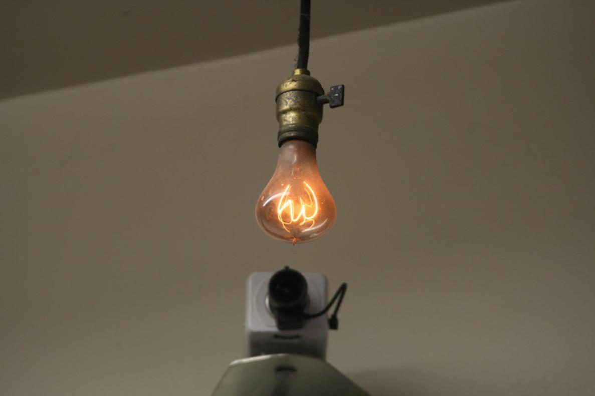 La bombilla Livermore, junto a la webcam que la vigila, en el parque de bomberos de esta localidad californiana.