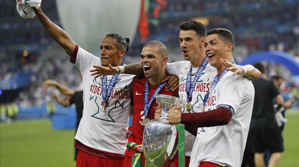 Bruno Alves, Pepe, Fonte y Cristiano celebran la Eurocopa ganada en París.
