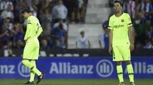 Busquets y Piqué, quien se lamenta tras su error en el 2-1.