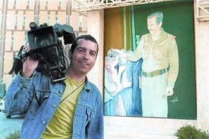 El cámara de Tele 5 José Couso, en Bagdad ante un retrato de Sadam Husein, en una imagen del documental 'Hotel Palestina'.