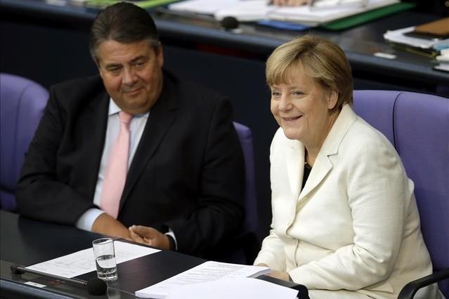 La cancillera alemana, Angela Merkel, con el líder del SPD y vicecanciller, Sigmar Gabriel, su socio de coalición.