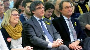 Carles Puigdemont y Artur Mas, con la directora de campaña de JxCat, Elsa Artadi, en Bruselas.