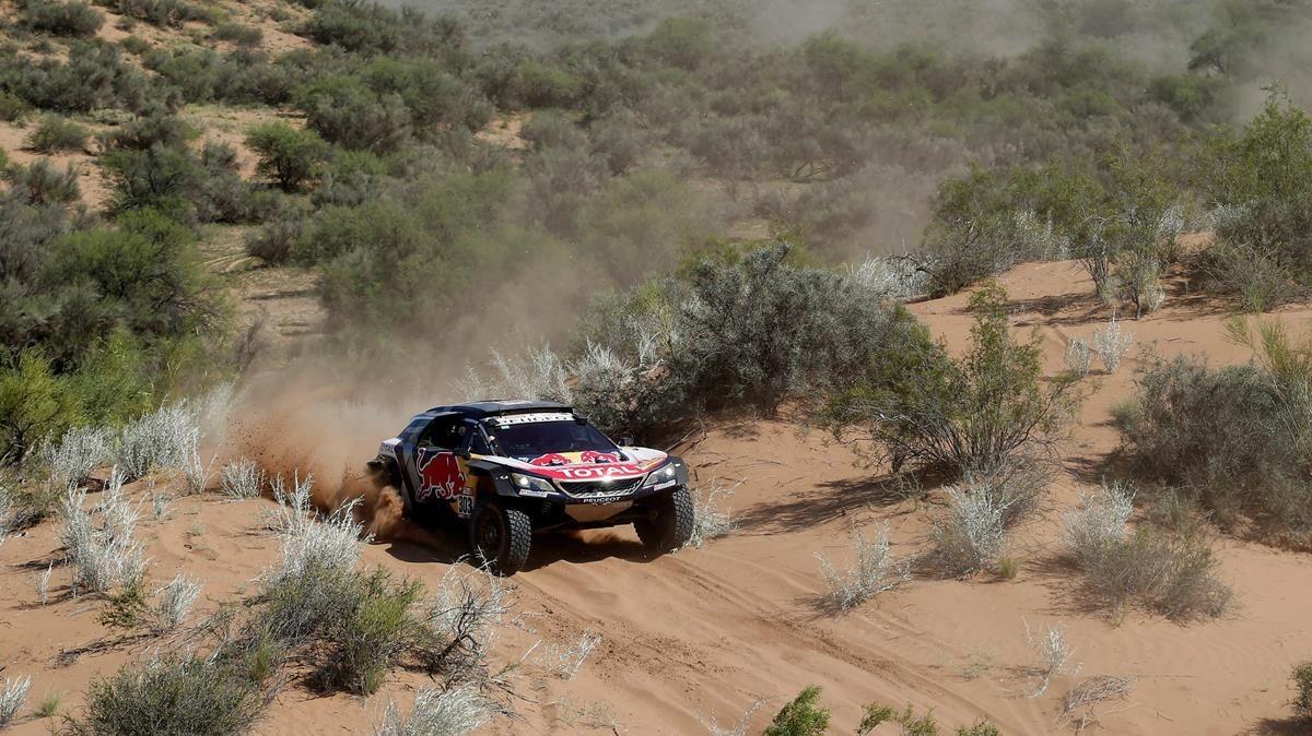 Carlos Sainz, a los mandos de su Peugeot.