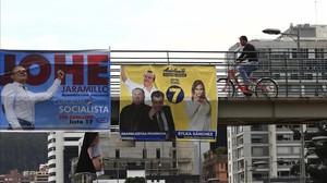 Carteles electorales en una calle de Quito (Ecuador).