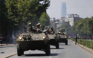 El Ejército de Chile patrullas las calles ente la ola de disturbios.