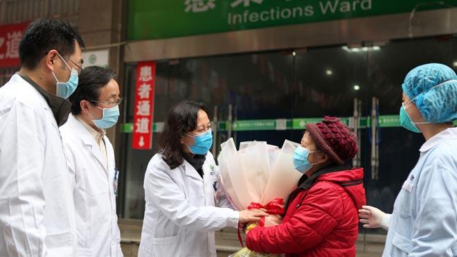 Las autoridades de China han anunciado este martes que han desarrollado con éxito una vacuna contra el coronavirus, por lo que han aprobado la realización de ensayos en humanos, según ha informado el Ministerio de Defensa en un comunicado.