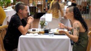 Christopher y Laura durante su cena en 'First Dates'.