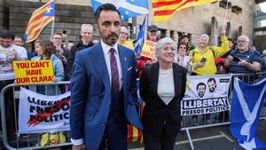 Clara Ponsatíacompañada de su abogado, Aamer Anwar,posa ante varias personas que la apoyan con pancartasa su salida del tribunal de Edimburgo.