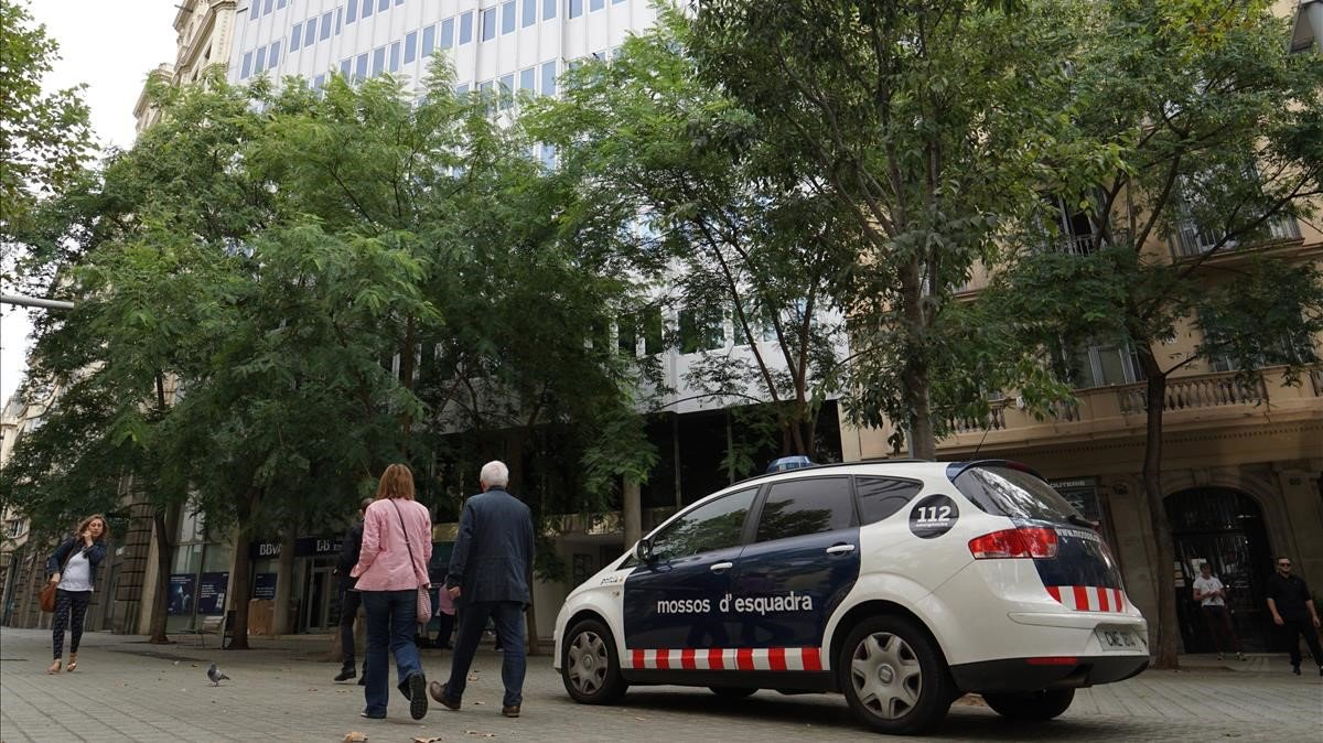 Una patrulla de los Mossos, ante el consulado de Uruguay en Barcelona.