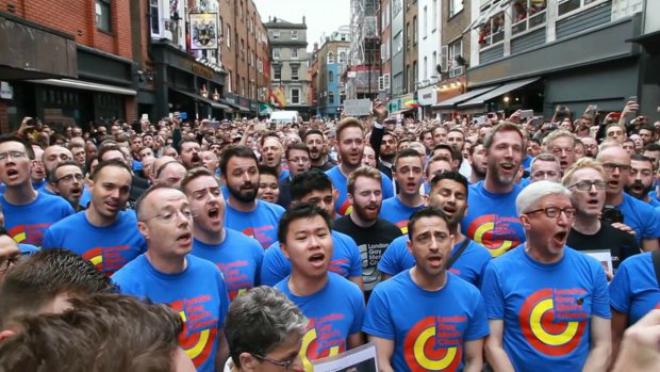 Así canta el coro gayde Londres en homenaje de las víctimas de Orlando.