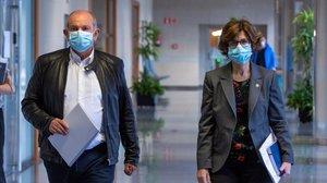 La consejera de Salud del Gobierno vasco, Nekane Murga, con el director gerente del hospital de Basurto, este viernes.