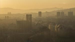 Vista de Barcelona un día del 2017 con episodio de contaminación.