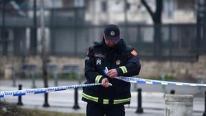 Control policial ante la embajada tras el atentado.