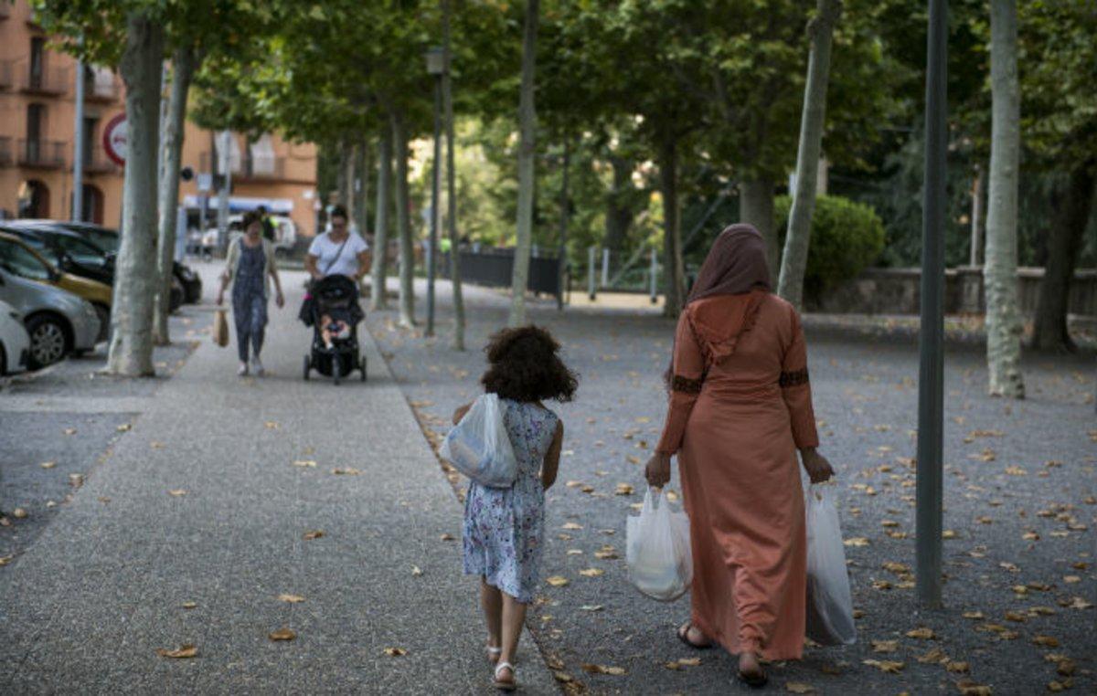 Mujeres de las distintas comunidades deRipoll paseando por al población.