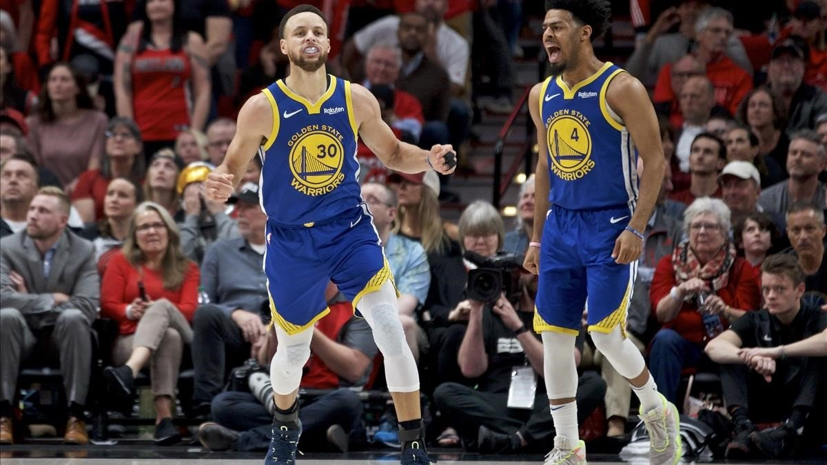 Curry y Cook, de los Warriors, felices tras su nueva victoria.